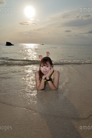 宮古島/夕景のビーチでポートレート撮影の写真素材 [FYI01262685]