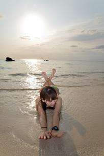 宮古島/夕景のビーチでポートレート撮影の写真素材 [FYI01262686]