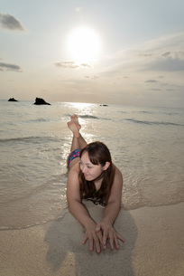 宮古島/夕景のビーチでポートレート撮影の写真素材 [FYI01262687]