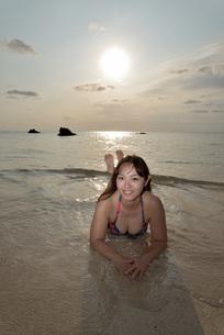 宮古島/夕景のビーチでポートレート撮影の写真素材 [FYI01262688]