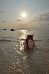 宮古島/夕景のビーチでポートレート撮影の写真素材 [FYI01262689]