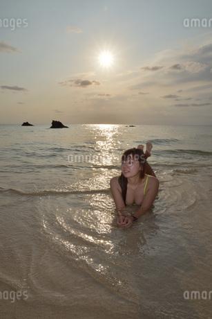 宮古島/夕景のビーチでポートレート撮影の写真素材 [FYI01262690]