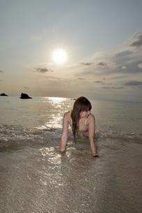 宮古島/夕景のビーチでポートレート撮影の写真素材 [FYI01262691]