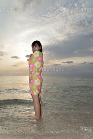 宮古島/夕景のビーチでポートレート撮影の写真素材 [FYI01262692]