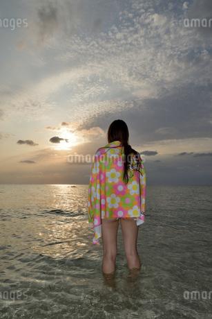 宮古島/夕景のビーチでポートレート撮影の写真素材 [FYI01262693]