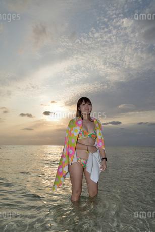 宮古島/夕景のビーチでポートレート撮影の写真素材 [FYI01262694]
