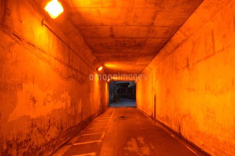 オレンジ色のトンネルの写真素材 [FYI01262702]