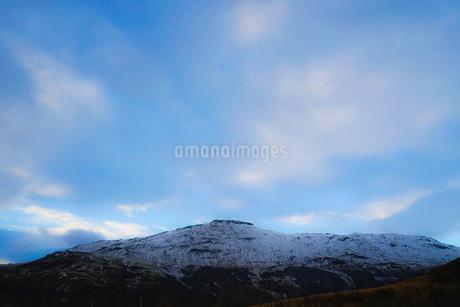 アイスランドの雪山と青空の写真素材 [FYI01262706]