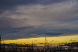 アイスランドの雪山と青空の写真素材 [FYI01262707]
