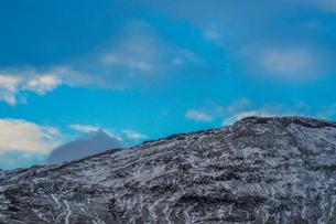 アイスランドの雪山と青空の写真素材 [FYI01262709]