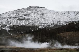 アイスランドの雪山と青空の写真素材 [FYI01262712]
