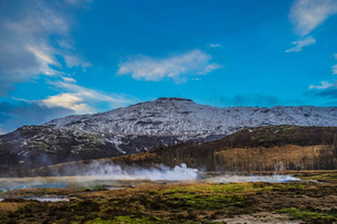 アイスランドの雪山と青空の写真素材 [FYI01262713]