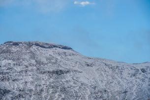 アイスランドの雪山と青空の写真素材 [FYI01262714]