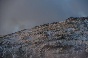 アイスランドの雪山と青空の写真素材 [FYI01262717]