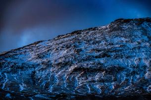 アイスランドの雪山と青空の写真素材 [FYI01262718]