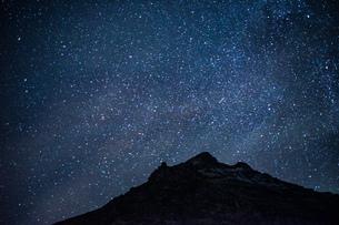 星空とアイスランドの雪山の写真素材 [FYI01262719]