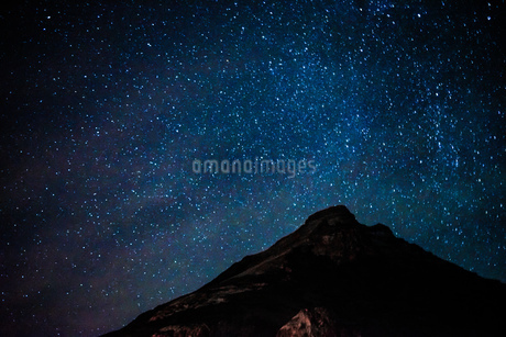 星空とアイスランドの雪山の写真素材 [FYI01262720]
