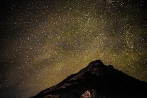 星空とアイスランドの雪山の写真素材 [FYI01262721]