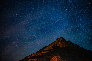 星空とアイスランドの雪山の写真素材 [FYI01262723]