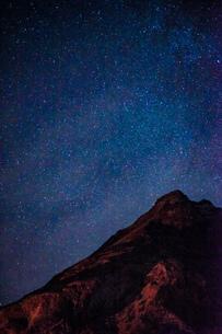 星空とアイスランドの雪山の写真素材 [FYI01262724]