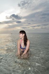 宮古島/夕景のビーチでポートレート撮影の写真素材 [FYI01262788]
