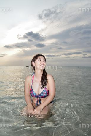 宮古島/夕景のビーチでポートレート撮影の写真素材 [FYI01262789]
