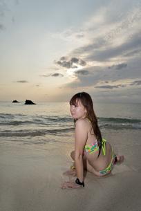 宮古島/夕景のビーチでポートレート撮影の写真素材 [FYI01262792]