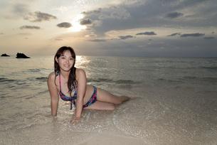 宮古島/夕景のビーチでポートレート撮影の写真素材 [FYI01262796]