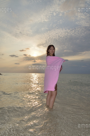 宮古島/夕景のビーチでポートレート撮影の写真素材 [FYI01262799]
