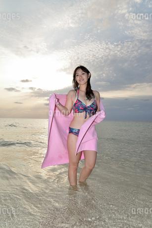 宮古島/夕景のビーチでポートレート撮影の写真素材 [FYI01262800]