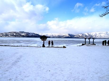 厳寒の北海道凍りつく屈斜路湖の写真素材 [FYI01262854]