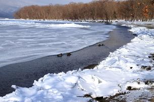 厳寒の北海道凍りつく屈斜路湖の写真素材 [FYI01262899]