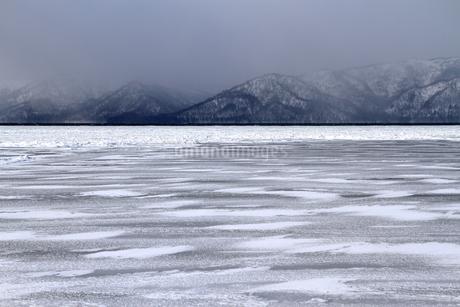 厳寒の北海道凍りつく屈斜路湖の写真素材 [FYI01262901]