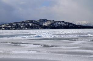 厳寒の北海道凍りつく屈斜路湖の写真素材 [FYI01262902]