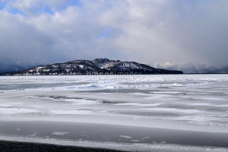 厳寒の北海道凍りつく屈斜路湖の写真素材 [FYI01262903]