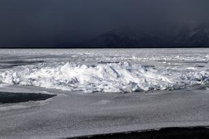 厳寒の北海道凍りつく屈斜路湖の写真素材 [FYI01262907]