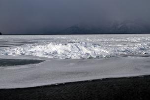 厳寒の北海道凍りつく屈斜路湖の写真素材 [FYI01262908]