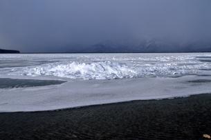 厳寒の北海道凍りつく屈斜路湖の写真素材 [FYI01262909]