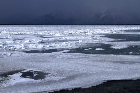 厳寒の北海道凍りつく屈斜路湖の写真素材 [FYI01262910]