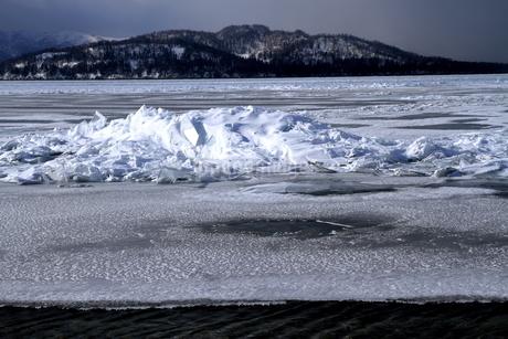 厳寒の北海道凍りつく屈斜路湖の写真素材 [FYI01262911]