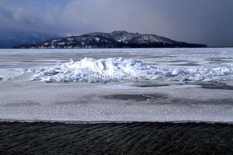 厳寒の北海道凍りつく屈斜路湖の写真素材 [FYI01262912]