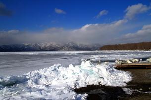 厳寒の北海道凍りつく屈斜路湖の写真素材 [FYI01262918]