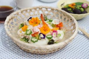 夏の素麺~エディブルフラワー添えの写真素材 [FYI01262943]