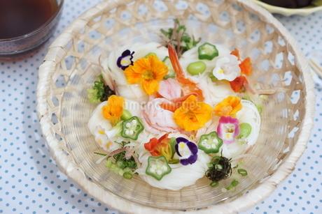 夏の素麺~エディブルフラワー添えの写真素材 [FYI01262944]