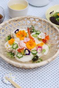 夏の素麺~エディブルフラワー添えの写真素材 [FYI01262945]