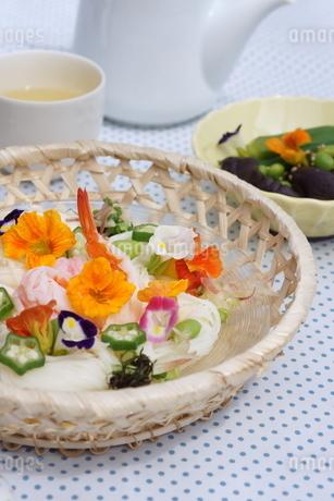 夏の素麺~エディブルフラワー添えの写真素材 [FYI01262947]