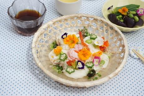 夏の素麺~エディブルフラワー添えの写真素材 [FYI01262948]