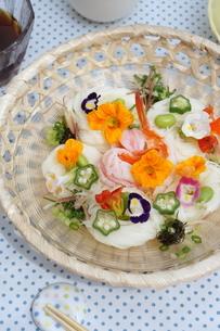 夏の素麺~エディブルフラワー添えの写真素材 [FYI01262949]