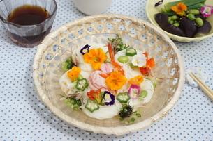 夏の素麺~エディブルフラワー添えの写真素材 [FYI01262950]