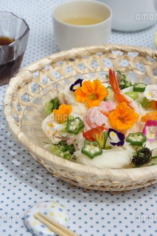 夏の素麺~エディブルフラワー添えの写真素材 [FYI01262951]